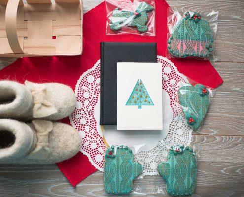 набор имбирных пряников с ежедневником и корпоративной открыткой в подарочной корзине с валенками