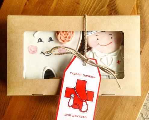 набор пряников для стоматолога в виде Зуба и Стоматолога в подарочной крафт коробке