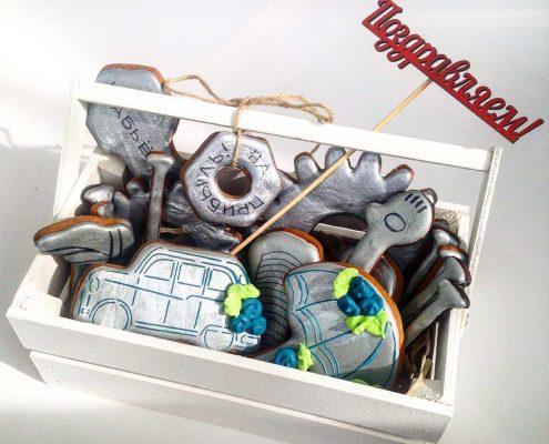 подарочный набор корпоративных пряников в виде гврздей шестеренок к профессиональному празднику Дню Строителя в деревянном ящике