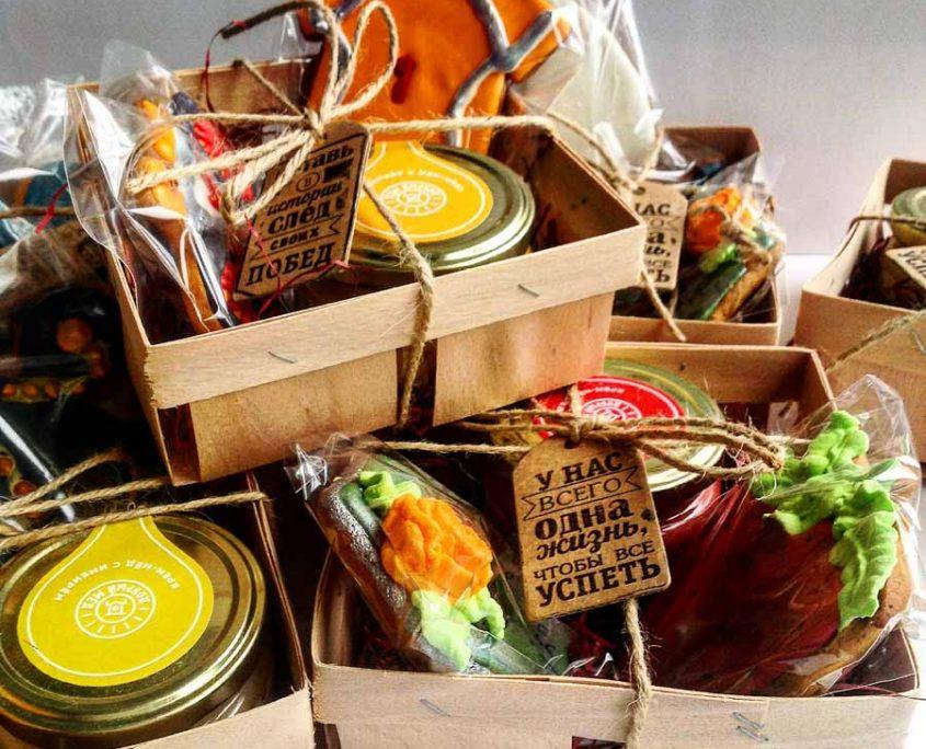 подарочный набор с медом-суфле и имбирным пряником с бирочкой-мотиватором в корзинке